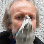 """Maske 3 """"Nasentanga"""" von BERNHARD GRASCHITZ, 2020, Leinen genäht, geschnitten, bemalt, gebügelt, mit 2 Sicherheitsnadeln auf Gummischnur fixiert, Einzelstück vom Hersteller getragen"""