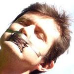 """Maske 4 """"Shut up"""" von Jutta Behr-Schaeidt, 2020, Silber 935, teilweise feuergeschwärzt, Silikonband, Gravur auf Silberplatte, gewalzt und gebogen, """"Gitter"""" hergestellt in Schmelz- und Walzprozessen und durch klassische Lötarbeit grob fixiert / Unikat"""
