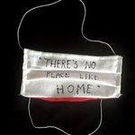 """Maske 26 """"There is no place like home"""" von Magdalena Pelman, 2020, Leinen weiß, Innenseite Baumwolle rot, handgenäht, Gummiband,  Stofffarbe / Einzelstück"""