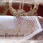 Goccia beige e perline viola