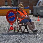 ...Sandra beim Warten auf die Oldtimer