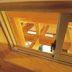 2階の子ども部屋に設けられた小窓