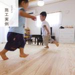 木の香の床でもっとも人気が高い「杉の浮造り仕上げ」