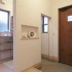 玄関ホールを2つに分け、来客用の空間はスッキリ
