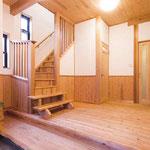 お客様をお迎えする空間にはこだわりを、広々とした玄関ホール