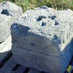 Bloc de la construction découvert dans le chenal.Trous d'aiguille visibles sur la face supérieure
