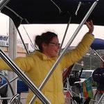 Iryna tanzt im Cockpit. Auch Hafentage können viel Spaß machen ...