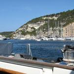 Die Einfahrt von Bonifacio auf unserem Segeltörn zwischen Sardinien und Korsika