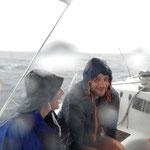 Die haben selbst bei dem Wetter Spaß auf dem Segeltörn