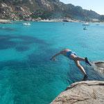 Aktivurlaub segeln, Sprung von dem Felsen beim Segeltörn