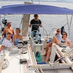 Die Crew vereint im Cockpit beim Törn, mitsegeln zwischen Sardinien und Korsika