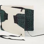"Eva Hradil ""Umarmungs-Mappe"", 2009, Pullover, Karton, Papier, Buchbinderleinen, Bänder"