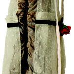 """Eva Hradil """"sogenannter Standfuss"""" 2017, geschnitztes Nussholz eines Thronsessels aus dem Historismus, Teile von Kleidungsstücken aus Buenos Aires, Nagellack"""