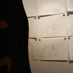"""Zeichnungen aus der Serie """"Meetings"""" und im Hintergrund """"Katzen"""" von Eva Hradil"""