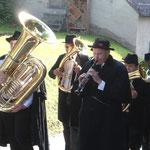 Mit Marschmusik zum Leichenschmaus