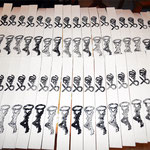 frisch bedruckte Wollbänder für den Schlüsselanhänger