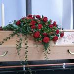 Sarg mit roten Rosen