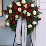 Kranz mit rote und weiße Rosen