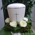 Weißt Urne mit Kreuz