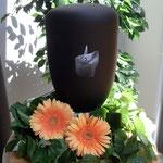 Schwarze Urne mit Kerzenlicht