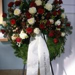 Herbstkranz mit rot und weiße Rosen