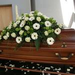 Sarg mit Gerbera und Rosen in weiß