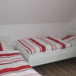 Schlafzimmer mit zwei Einzelbetten oben, im Ferienhaus Ele auf Borkum
