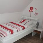 Schlafzimmer mit zwei Einzelbetten, oben, im Ferienhaus Ele auf Borkum