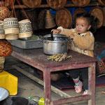 Verpflegungsstand in Tan Kuang Si wo auch die kleinsten Familienmitglieder mithelfen
