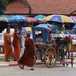 Vor dem Wat Phrathat Lampang Luang Tempel im Landkreis Ko Kha, Provinz Lampang in Nordthailand