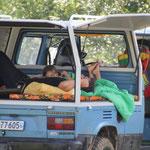 """""""Nickerchen"""" im VW-Bus"""