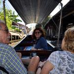 Mit einem schmalen Langboot geht es rasant durch die Kanäle in Richtung Damneon Saduak zu den schwimmenden Märkten