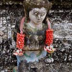 Kleine Figur auf einer Tempelanlage