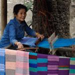 Weberin im Hmong Dorf