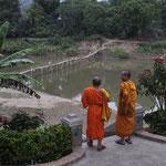 Mönche am Zusammenfluss von Mekong und Nam Khan in Luang Prabang