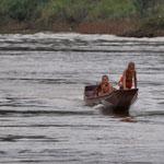 Junge Mönche machen ein Rennen mit unserem Langboot