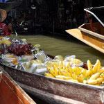 Wunderschön ausgelegte Ware auf den Booten