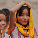 Kinder am Strand des Hmong Dorfes
