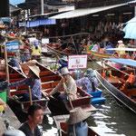 Ein riesen Gedränge am schwimmenden Markt