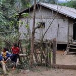 Eines der Hmong Dörfer. Auch wir werden bestaunt