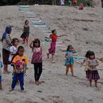 Erwartungsvolle Begrüssung der Kinder eines Hmong-Dorfes