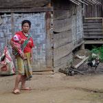 Eine Hmong mit dem typischen Tragetuch