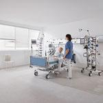 Mithilfe der Fußschalter lässt sich das Bett ohne Berührung in der Nähe des Patienten verstellen