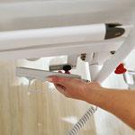 Um die Funktionen des Handschalters zu verwalten, muss man ihn zuvor an den Entsperrmagneten des Bettes halten.