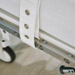 Fixiergurte können an den optionalen unterteilten Normschienen befestigt werden.