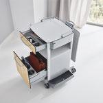 Schubladen mit gedämpftem Schließmechanismus bieten vielfältigen Stauraum im Nachttisch Vitano.