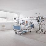 Patienten können das Bett mit dem optionalen LCD-Handschalter in eine bequeme Position bringen.