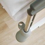 Zwei fußseitige Aufnahmehülsen bieten Platz für Infusionsständer.