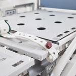 An den seitlichen Aussparungen der Liegefläche können Gurtsysteme angebracht werden.