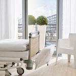 Die Bettzeugablage des Vivendo pro ist beim Bettenmachen sehr hilfreich für die Pflegekraft.